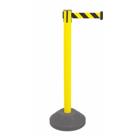 Poste de seguridad amarillo con base rellenable y cinta extensible amarilla y negro.